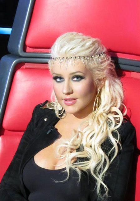 Christina Aguilera tinge o cabelo de cor inusitada e adota piercings. Confira todas as mudanças capilares da cantora! - Estrelando
