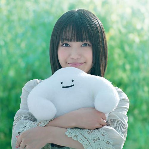 ふわふわのキャクラターを抱くmiwa