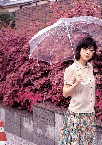傘を差したメガネの上野樹里