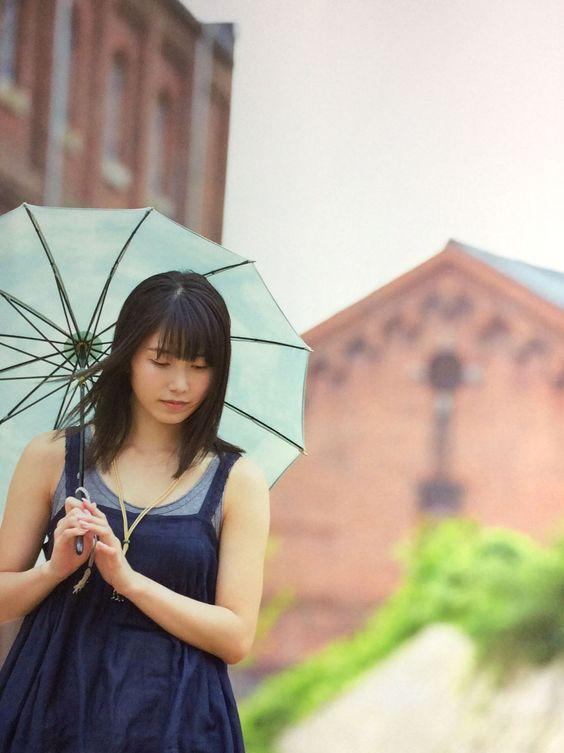 日傘を差した横山由依