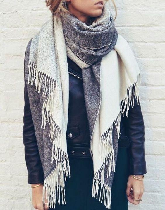 Lässig: XXL-Schal zur Lederjacke - noch mehr Styling-Ideen mit Schals und Tüchern gibt's auf gofeminin.de!
