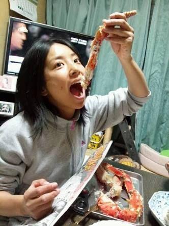 カニを食べる片岡安祐美