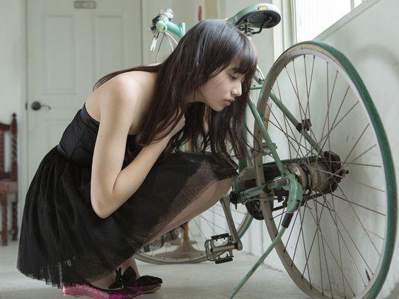 自転車とオシャレで可愛い小松菜奈