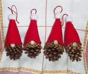 Christmas Gnome Ornament - so simple - a pine cone, felt and small pom poms! #christmasdiygifts