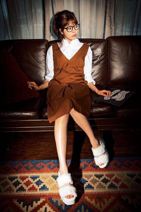 ソファに座るメガネの八木アリサ