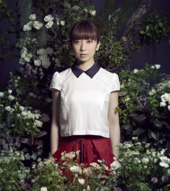 花に囲まれた白いブラウスのEvery Little Thing持田香織