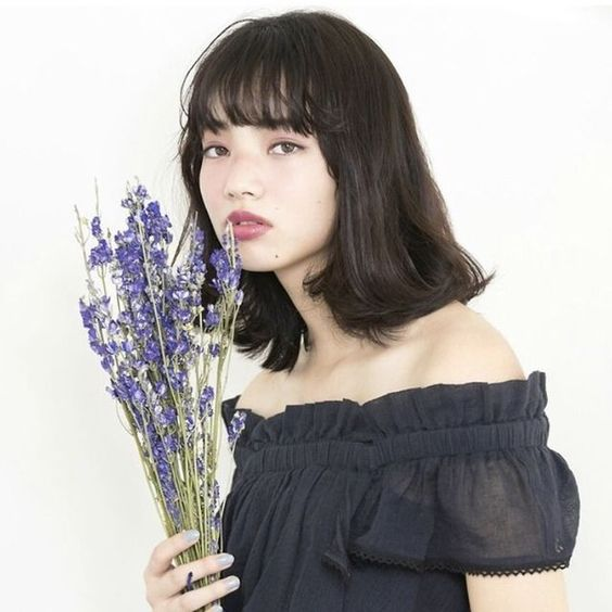 花を手にするオシャレで可愛い小松菜奈