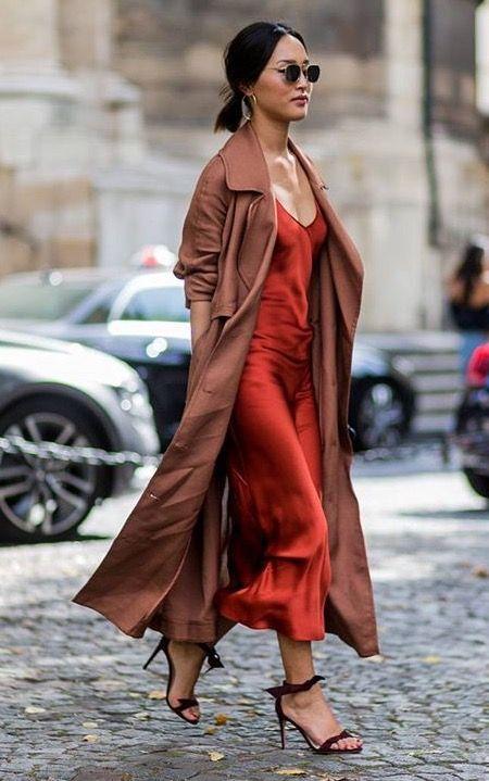 Áo khoác dáng dài kết hợp váy lụa dài và giày cao gót