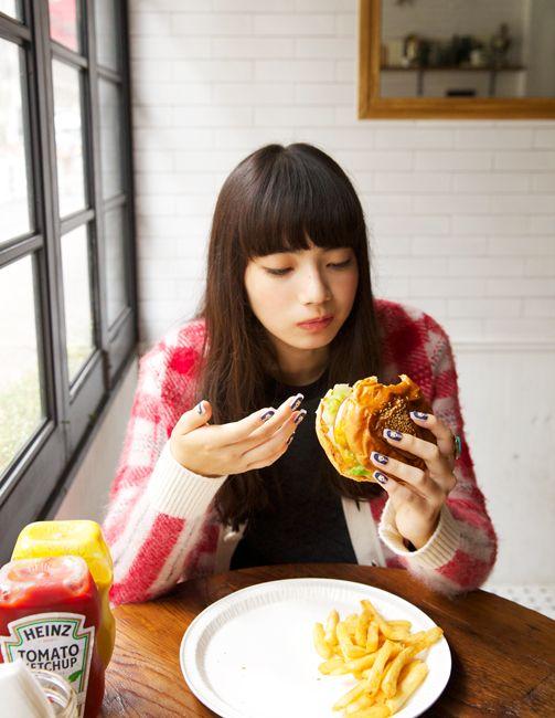 バーガーを食べるオシャレで可愛い小松菜奈