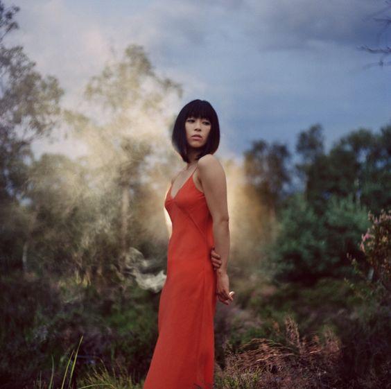 赤いドレスで森に佇む宇多田ヒカル