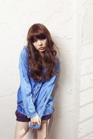 デニムシャツの八木アリサ