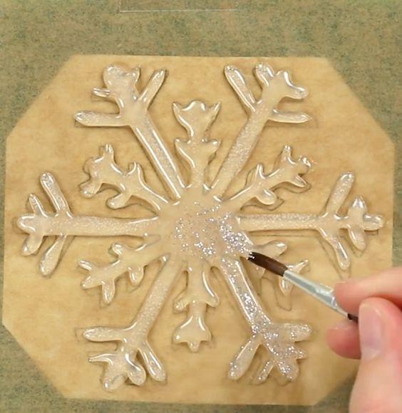 Magia del Natale alle finestre: fiocchi di neve con colla a caldo.