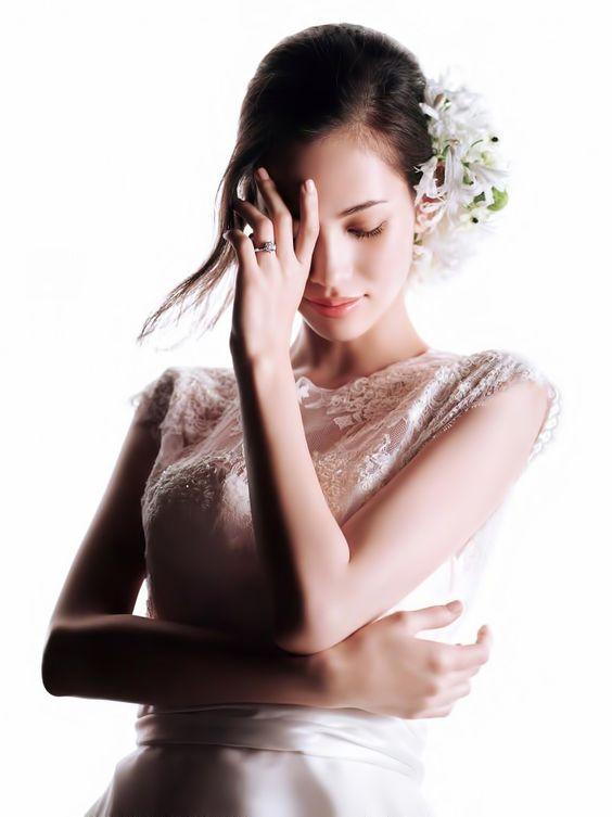 花飾りのドレスのかっこいい水原希子