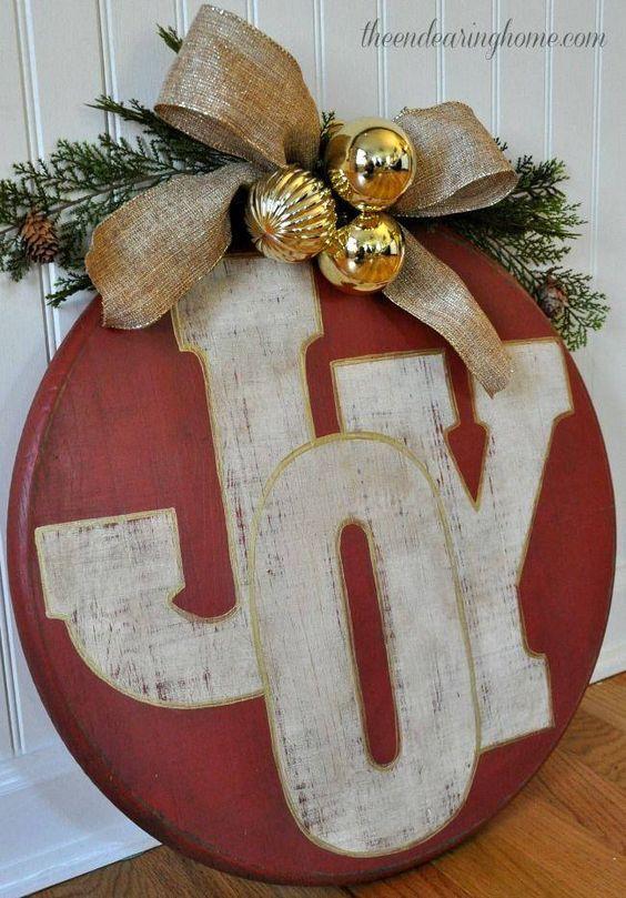 """Un insegna Natalizia fai da te per decorare casa! 15 idee per ispirarvi... Decorare con una vecchia finestra. Vi piacciono le piccole decorazioni natalizie? Ecco per voi oggi una bellissima raccolta di 15 idee creative per realizzare un """"insegna fai da te..."""