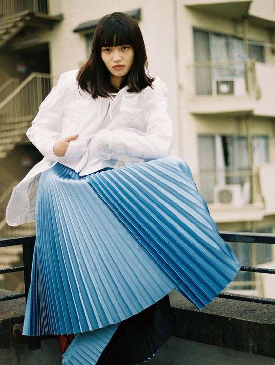 ブルーのスカートのオシャレで可愛い小松菜奈