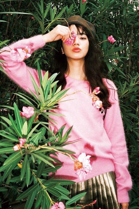 ピンクのトップスのオシャレで可愛い小松菜奈