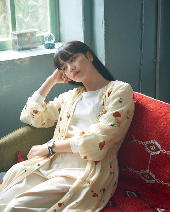 ソファに座るオシャレで可愛い小松菜奈
