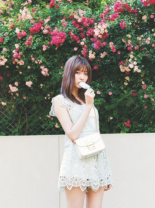 アイスを食べる八木アリサ