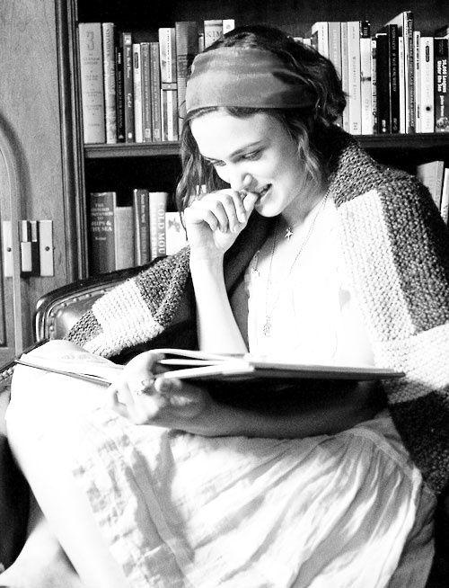 Knightly lee.  mycelluloidheroes: & ldquo; No pueden deshacerse de los libros.  Es casi como tener tus pensamientos [a su alrededor].  Quiero ser Hable para sostenerlo.  Quiero ser capaz de ver donde las páginas fueron rechazadas.  Crecí en casa llena de libros.  De pared a pared y rdquo.;  - Keira Knightley