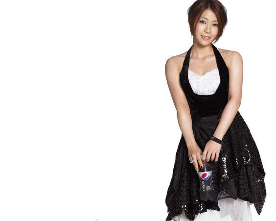 黒いドレスの宇多田ヒカル