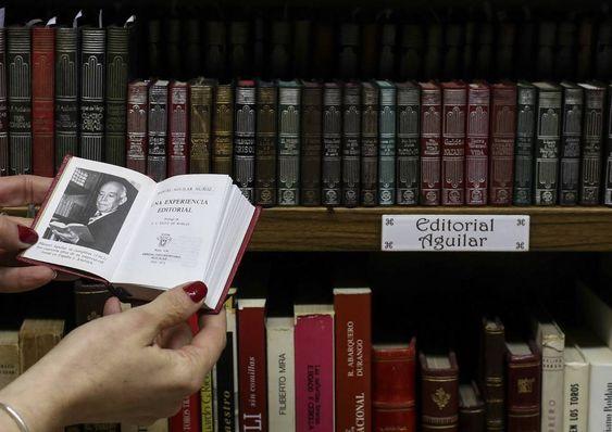 Colección de 'crisolines' en la librería del Prado, en Madrid.