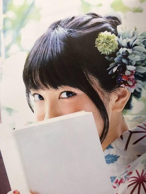 本で顔を隠すmiwa