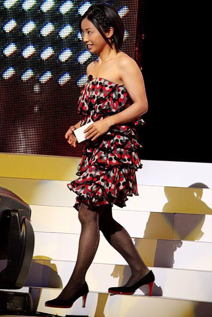 肩を出したドレスの片岡安祐美