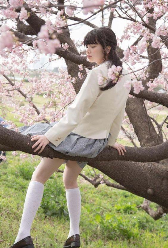 花と制服のオシャレで可愛い小松菜奈
