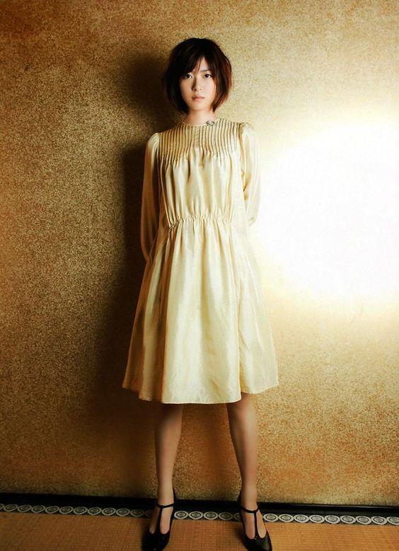 ゴールドのスカートの上野樹里