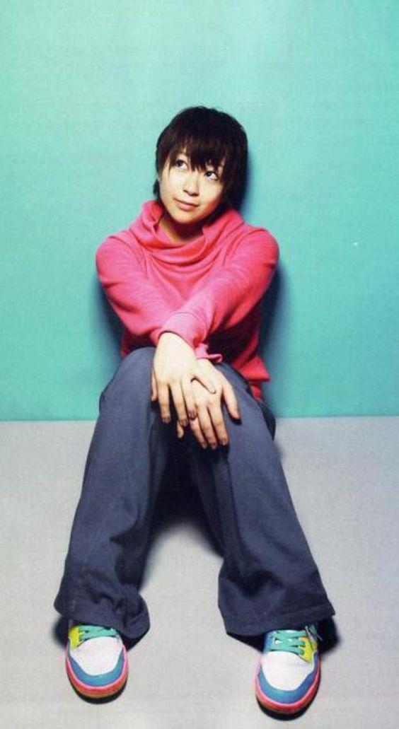 ジーンズに赤いトレーナーの宇多田ヒカル