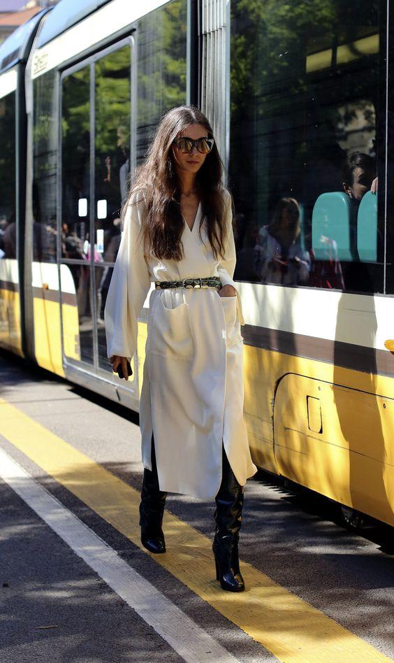 Áo khoác dáng dài màu trắng, boots cao cổ đen