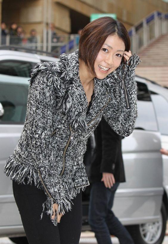 笑顔でお辞儀をする宇多田ヒカル