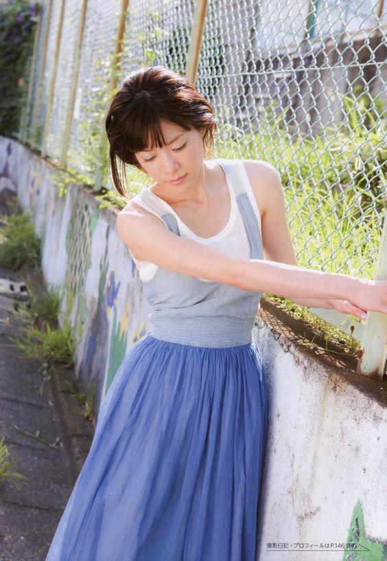 ノースリーブに青いスカートの上野樹里