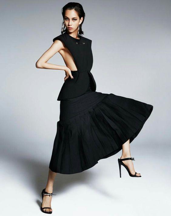 黒いドレスのかっこいい水原希子