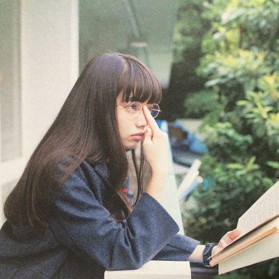 眼鏡を上げるオシャレで可愛い小松菜奈